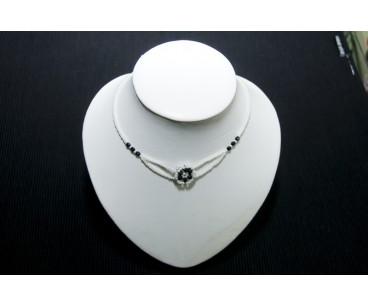 Gargantilla, collar de diseño y época , en blanco vintage